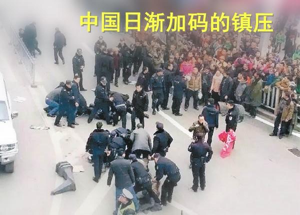 2016年2月重庆民工堵路讨薪过年 被警察按地镇压